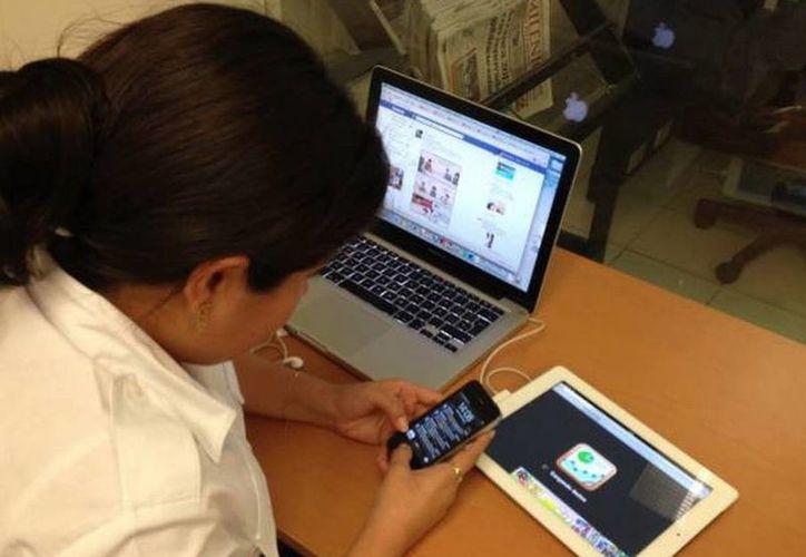 Hijos se quejan de padres sin tiempo para ellos porque están metidos en el Internet y viceversa, principales problema de comunicación de las familias modernas. (SIPSE)