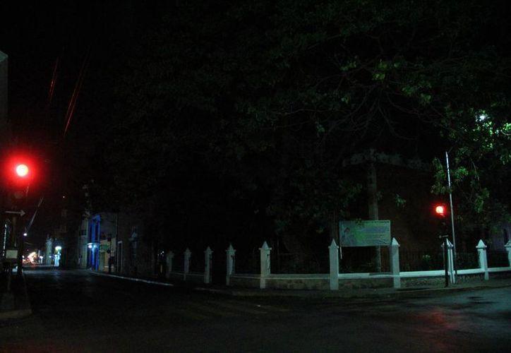 El corredor de la calle 64, en penumbras. (José Acosta/SIPSE)
