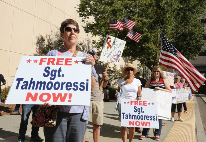 Decenas de manifestantes se plantaron ante la sede de la reunión de congresistas con el presidente mexicano Enrique Peña Nieto para pedir la liberación del marine Andrew Thamooressi. (AP)