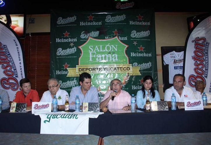 Imagen de la rueda de prensa, en conocido restaurante de Mérida, para la develación de las placas de los primeros 20 inmortales del Salón de la fama del deporte yucateco. (Milenio Novedades)