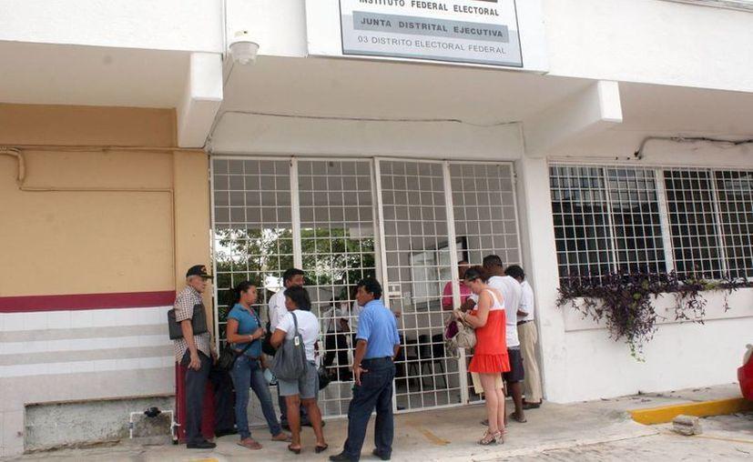 Yucatecos eran trasladados a la ciudad de Cancún para solicitar el cambio de domicilio ante el IFE. (Tomás Álvarez/SIPSE)