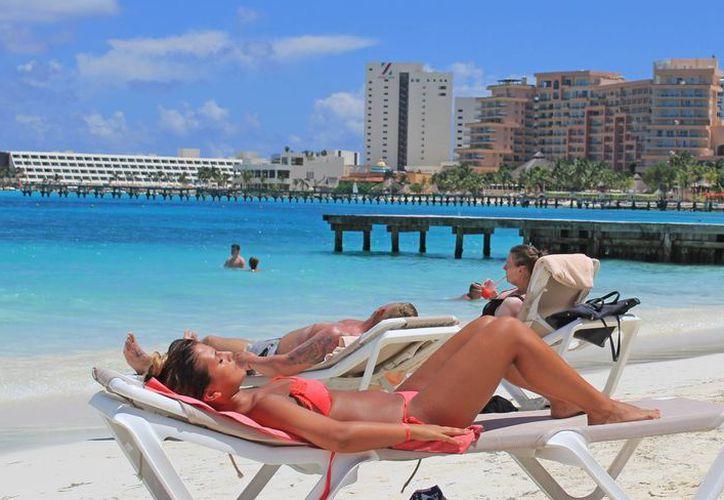 Los turistas eligieron las playas del destino para vacacionar. (Redacción)