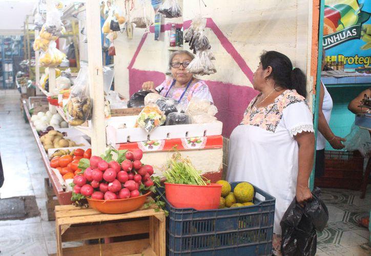Los expendedores informaron que las ventas de naranja han bajado por el precio elevado. (José Chi/SIPSE)
