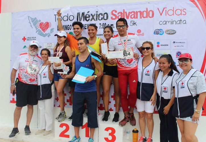 Los competidores que finalizaron como primeros lugares en las diferentes categorías. (Raúl Caballero/SIPSE)