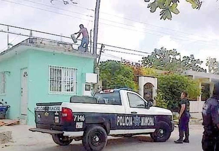 Elementos de la policía fueron recibidos a pedradas por los delincuentes, quienes se atrincheraron en un domicilio después de robar. (Redacción/SIPSE)