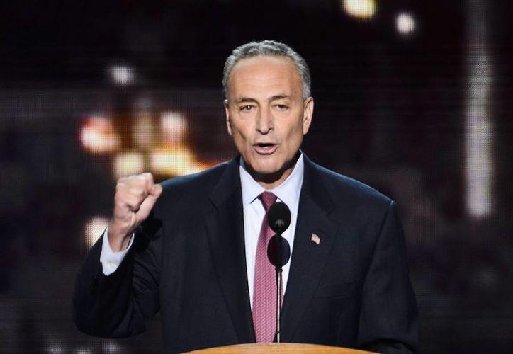El senador demócrata  Charles Schumer propuso al Congreso de EU: aprobar hoy al reforma migratoria y esperar a que Obama salga para aplicarla. (EFE/Archivo)