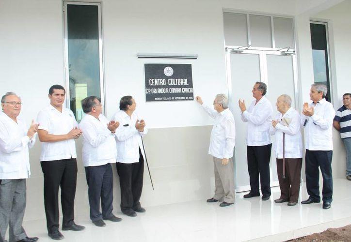 El rector de la Universidad Modelo, Carlos Sauri Duch (tercero desde la derecha) indicó que actualmente se encuentran en cartera vencida cerca de 250 alumnos de los cerca de cuatro mil de la institución. (SIPSE)