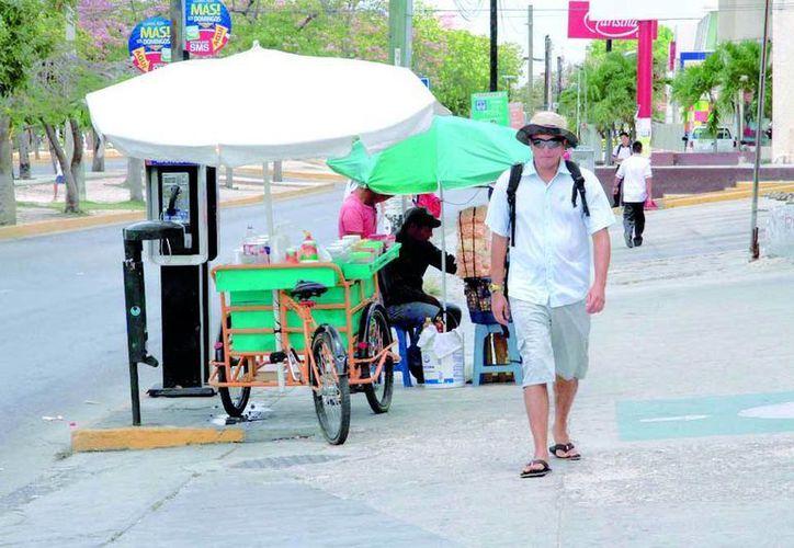 El municipio de Benito Juárez, al que pertenece Cancún, ha negado la mitad de las solicitudes de permisos para venta ambulante en lo que va de 2016. (Tomás Álvarez/SIPSE)