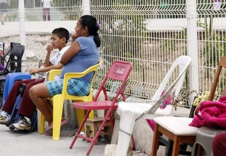 Con las preinscripciones en línea se evitará que los padres acudan a poner o encadenar sus sillas desde una o dos noches antes a las escuelas. (Archivo/Sipse)