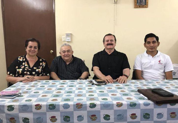 Esperanza Nieto, Pbro. Jesús Caballero Encalada, Jorge Barrera y el seminarista Edwin Díaz Batún. (Milenio Novedades)