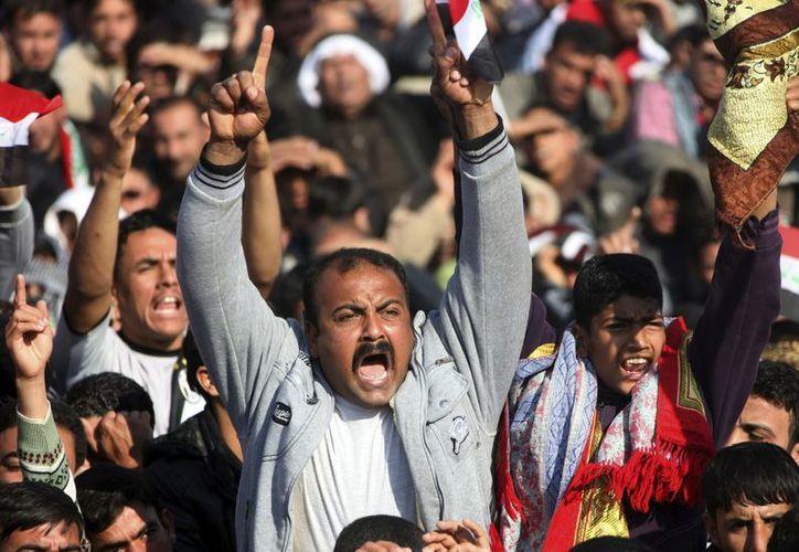 Iraquíes musulmanes suníes gritan consignas durante una protesta contra la discriminación. (EFE)