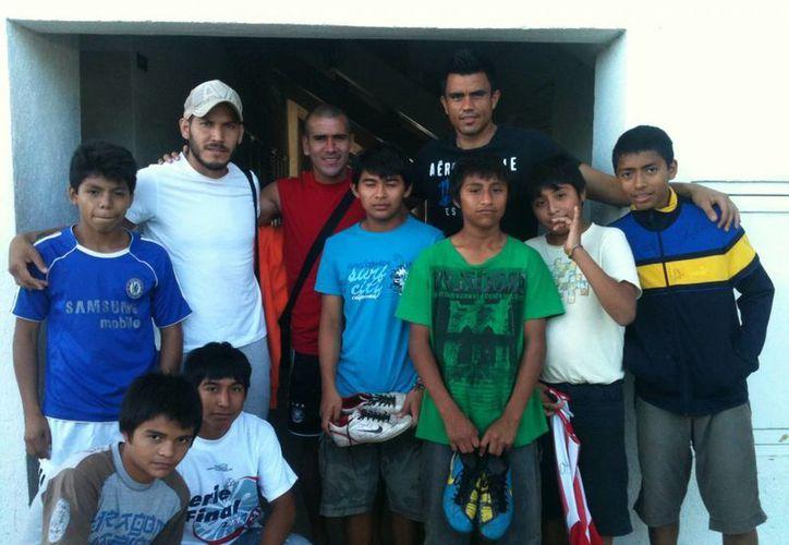 Luego del entrenamiento de ayer, en la Universidad Modelo, el CF Mérida recibió la visita de los niños de la Comunidad de Restauración Integral (CRIA). (Milenio Novedades)