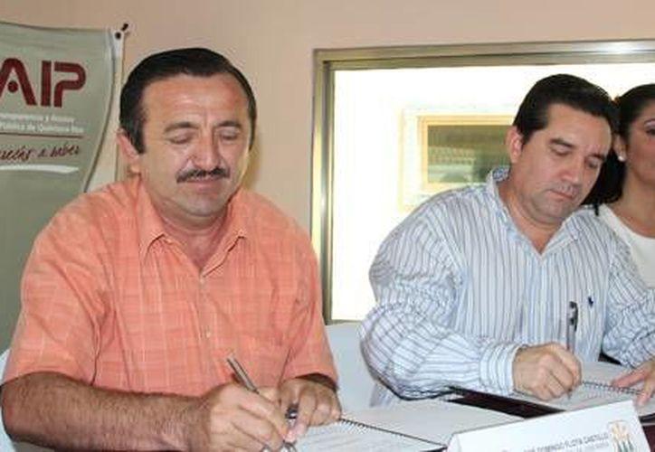 El primer edil José Domingo Flota Castillo y el presidente del Itaiqroo, José Orlando Espinoza Rodríguez en la firma del convenio. (Redacción/SIPSE)