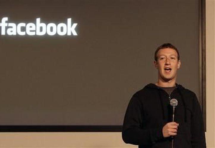 El director general de Facebook, Mark Zuckerberg, habla en las oficinas generales de la empresa. (Agencias)