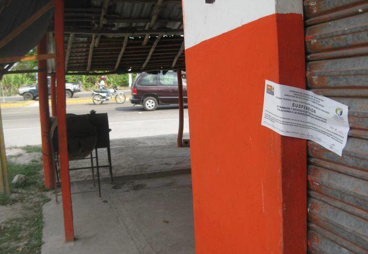 Las muestras fueron tomadas en el establecimiento que fue señalado por los afectados como el lugar en donde adquirieron el producto alimenticio. (Javier Ortiz/SIPSE)