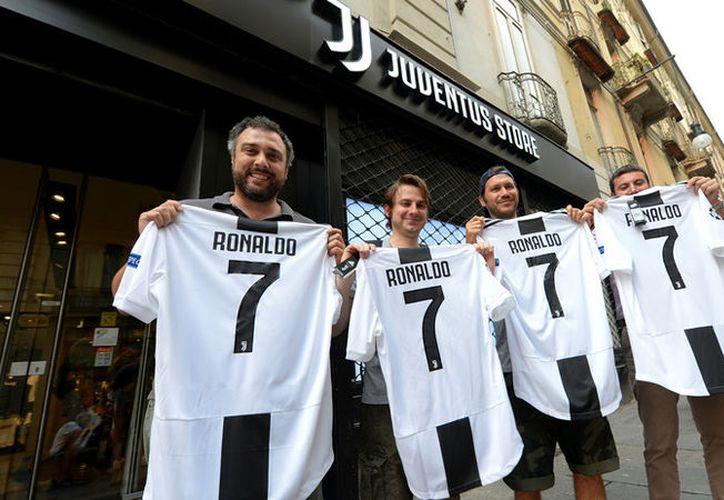 El efecto Ronaldo ya se ve con los aficionados de la Juventus, todos quieren la playera con el número 7 de Cristiano Ronaldo (Foto: Reuters)