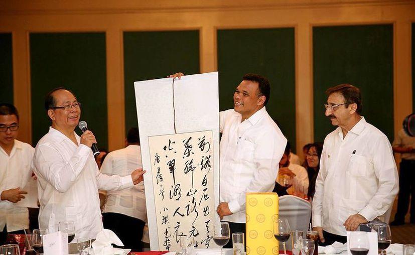 En la imagen, el embajador de la República Popular de China en México, Qiu Xiaoqi acompañado de el gobernador Rolando Zapata Bello, durante la celebración del décimo aniversario de la fundación del primer Instituto Confucio. (Milenio Novedades)