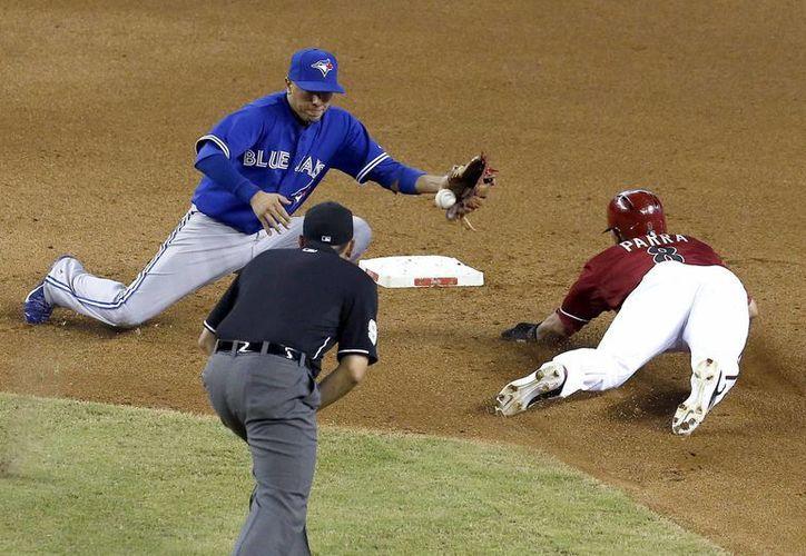 Gerardo Parra (d), de los Diamondbacks', se roba la segunda base ante la falla de Ryan Goins, de los Azulejos. (Agencias)