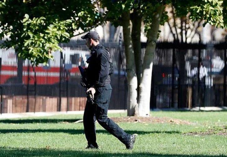 Un hombre armado que caminaba cerca de la Casa Blanca provocó que las autoridades cerraran temporalmente la propiedad como medida preventiva, informó el Servicio Secreto. (Foto tomada de excelsior.com.mx)