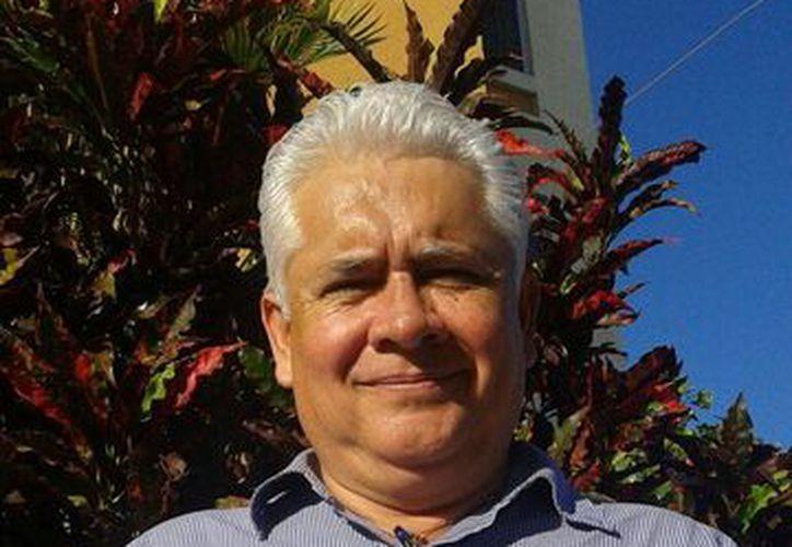 El arquitecto Marco Antonio Gutiérrez, autor del libro. (Sergio Orozco/SIPSE)