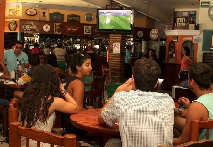 Los bares y restaurantes de Playa del Carmen se beneficiaron con el Super Bowl. (Octavio Martínez/SIPSE)