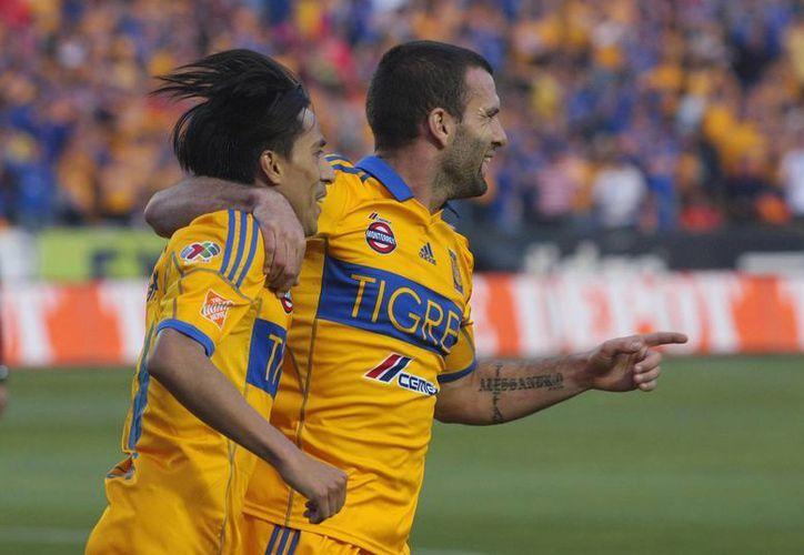 Lucas Lobos y Emanuel Villa del Tigres en festejo durante el juego de la jornada 15 del torneo Clausura 2013 de la Liga MX en el estadio Universitario. (Agencias)
