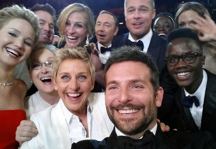 De izquierda a derecha y de atrás hacia adelante Jared Leto, Jennifer Lawrence, Meryl Streep, Ellen DeGeneres, Bradley Cooper, Peter Nyong'o Jr., Channing Tatum, Julia Roberts, Kevin Spacey, Brad Pitt, Lupita Nyong'o y Angelina Jolie en una fotografía proporcionada por Ellen DeGeneres posan para un autorretrato tomado con un celular en la ceremonia de los Oscar. (Agencias)