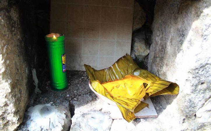 Don Fernando, en el centro de su solar, conserva un templo de piedra. (Luis Soto/SIPSE)