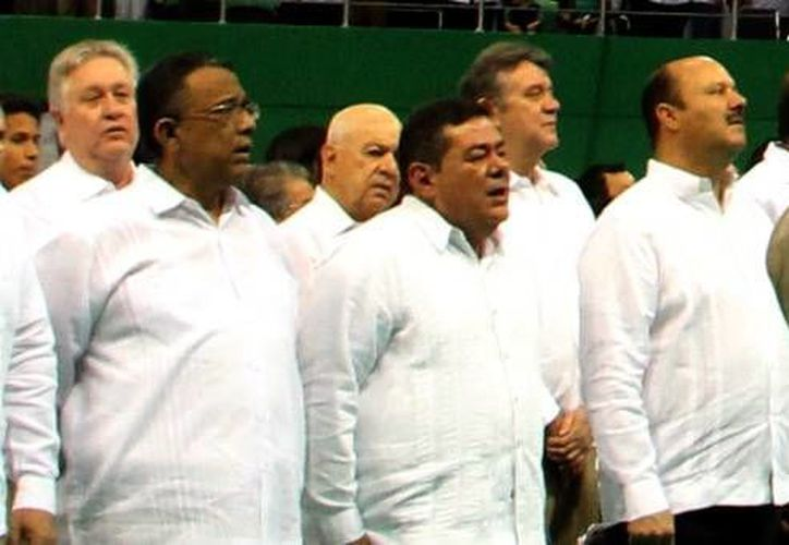 El gobernador de Campeche, Fernando Ortega (centro), durante el Informe de Rolando Zapata Bello. (Milenio Novedades)