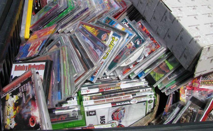 Durante un operativo sorpresa ayer se decomisaron 2 mil discos de música y películas piratas.  (Irving Canul/SIPSE)
