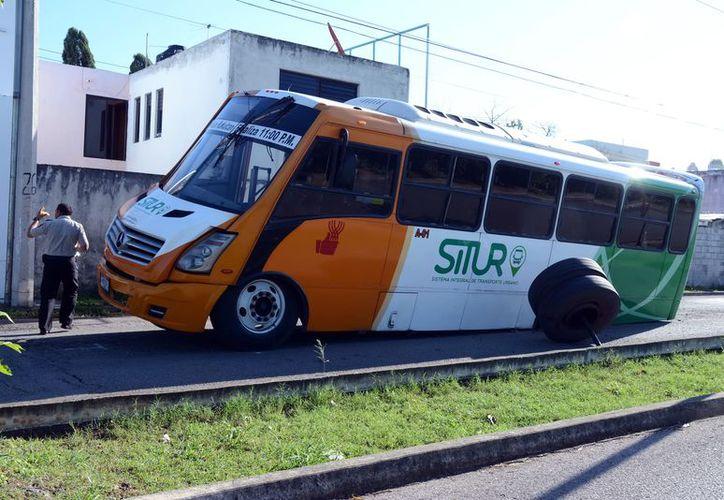 A una unidad del Situr se le rompió el eje trasero y perdió los neumáticos. (Foto: Milenio Novedades)