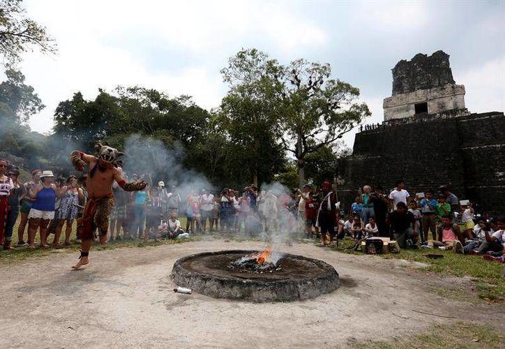 Una danza tradicional se realiza frente al templo 'Gran Jaguar', durante la visita de funcionarios españoles al parque arqueologico de Tikal, el corazón del mundo Maya en Guatemala, donde la cooperación española invierte en la preservación de las pirámides mayas. (EFE)