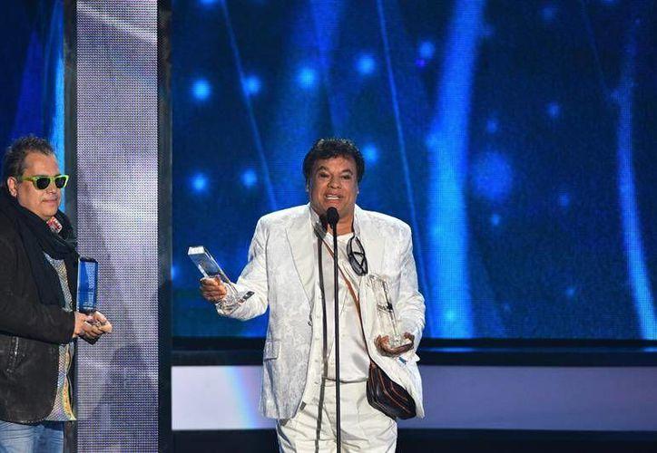 Juan Gabriel, al momento de recibir el premio Top Latin Album en los Billboard por su disco 'Los Dúo'. (EFE)