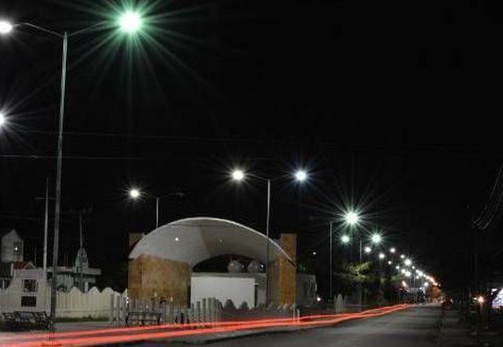 Las luminarias rehabilitadas contribuyen a mantener la seguridad de la ciudadanía. (Cortesía/SIPSE)