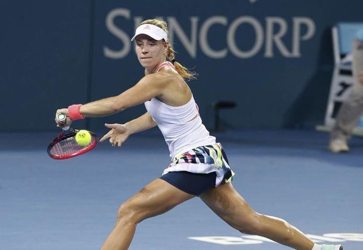 A pesar de la dura eliminación, la tenista Angelique Kerber permanece en el Primer lugar Mundial del Tenis Femenil.(Tertius Pickard/AP)