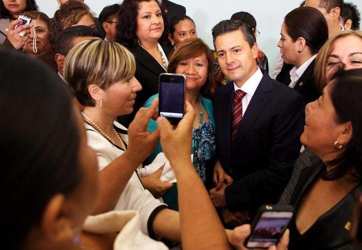 Maestras que asistieron a la celebración del Día del Maestro en Los Pinos se llevaron la foto del recuerdo. (presidencia.gob.mx)