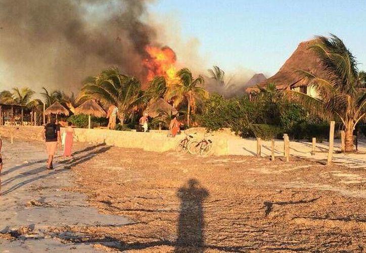 Trascendió que las llamas consumieron casi en su totalidad las instalaciones del hotel. (Twitter/@holboxdefend)