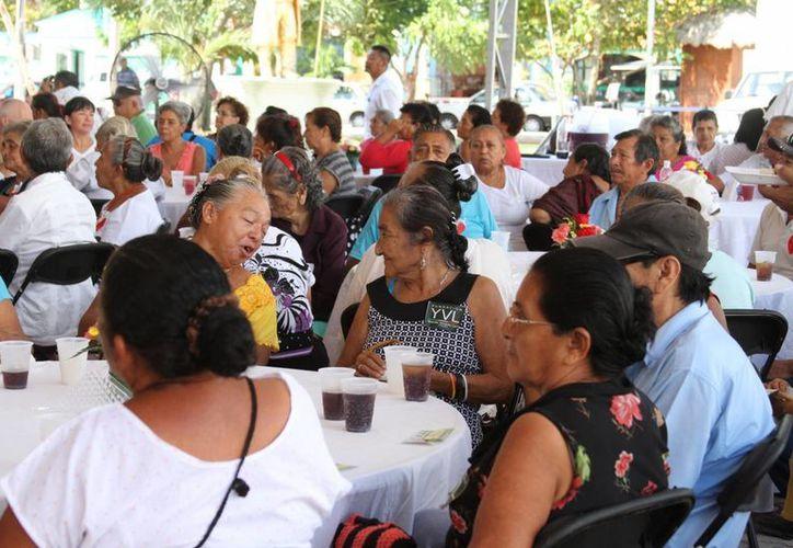 Los abuelitos se reunieron a las 8:30 de la mañana para convivir sanamente, casi dos horas después se retiraron agradecidos del lugar. (María Mauricio/SIPSE)