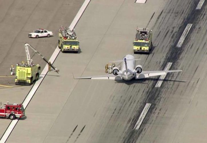 La aeronave tuve que realizar un aterrizaje de emergencia en el  Aeropuerto Internacional de Los Angeles. (twitter/@KTLA)