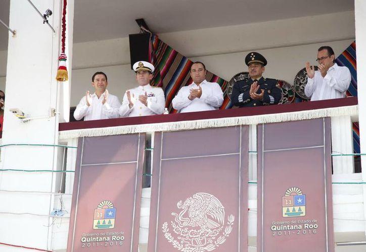 El gobernador  presenció el desfile conmemorativo al aniversario de la Independencia de México, desde el balcón central de Palacio de Gobierno. (Redacción/SIPSE)