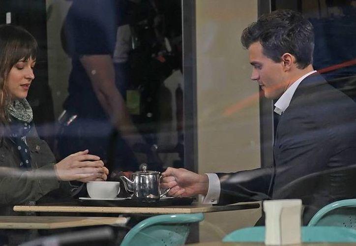 Dakota Johnson y Jamie Dornan protagonizan '50 sombras de Grey', cuyo estreno mundial ya encontró su primera traba en Malasia. (elafter.com)