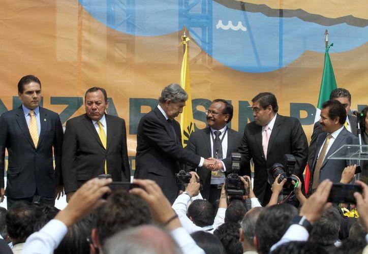 """Cárdenas (tercero desde la izq) adelantó que abandonará """"todos sus asuntos"""" para preparar una campaña sobre la reforma energética. (Milenio)"""