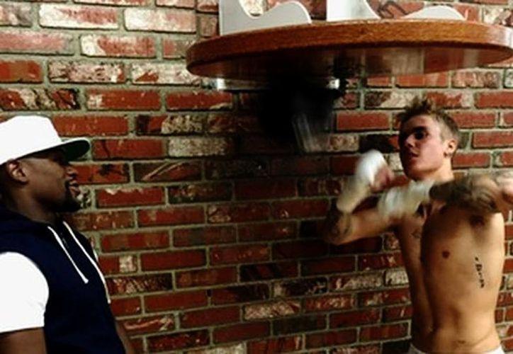 Justin Bieber en práctica de box con Floyd Mayweather (Twitter/Justin Bieber/Milenio)