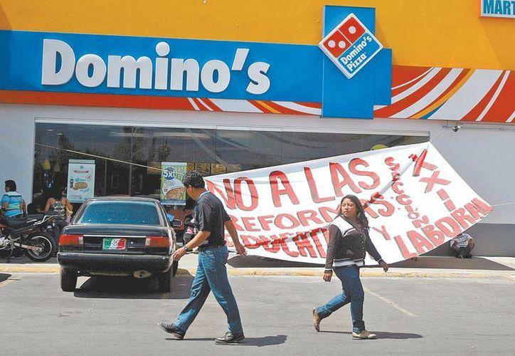 Los profesores bloquearon los accesos a centros comerciales y locales de comida rápida. (Milenio)