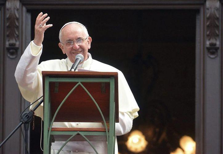 El Papa Francisco saluda a los fieles en la Plaza de San Pedro en el Vaticano el viernes 14 de febrero del 2014. (EFE)