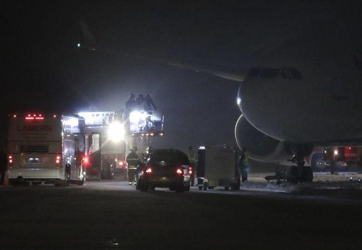 Ayer por la tarde, a causa de la nevada el avión que transportaba a los Vikingos de Minnesota derrapó en la pista del aeropuerto internacional Post-Crescent de Appleton, Wisconsin. (Danny Damiani/The Post-Crescent via AP)