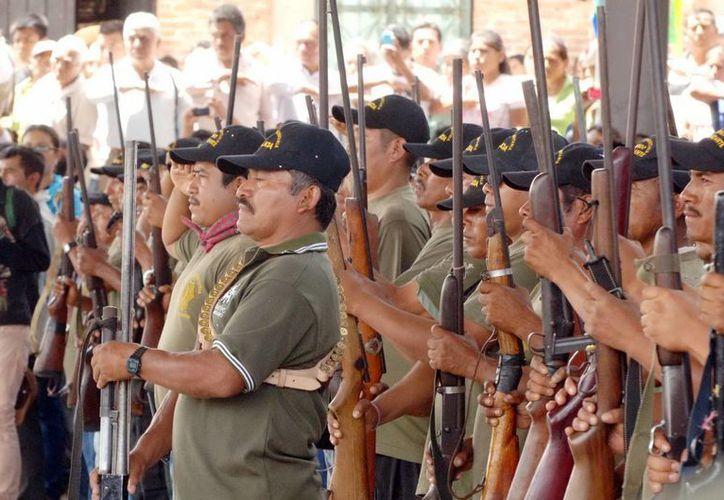 106 nuevos elementos de la Policía Comunitaria tomaron protesta en el municipio de Tixtla. (Notimex)