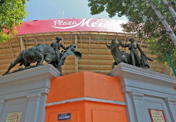 Amenazas de demolición y vetos vienen y van en torno a la Plaza México, que se mantiene firme en la capital del país. (Notimex)
