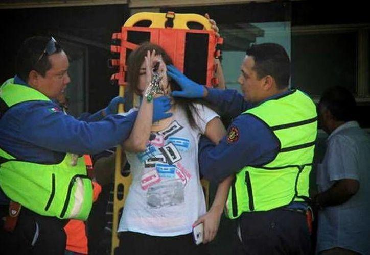 María Lorena Lazcano Fernández recibió atención medica en el lugar del accidente, mientras que la mujer que atropello fue atendida mucho tiempo después del incidente. (Foto: Cristopher Venegas/www.vanguardia.com.mx)