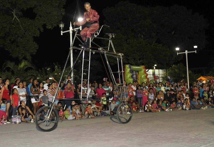 Uno de los actos más impresionantes fue el realizado con una bicicleta de más de dos metros de alto. (Archivo/SIPSE)